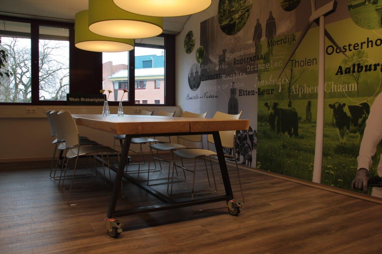 Tafel op maat boomstamtafel meubelmakerij houtkwadraat for Meubels horeca
