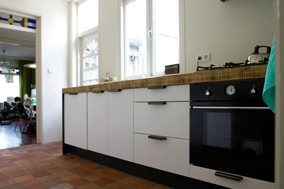 Stoere industriele keuken mat zwart places spaces