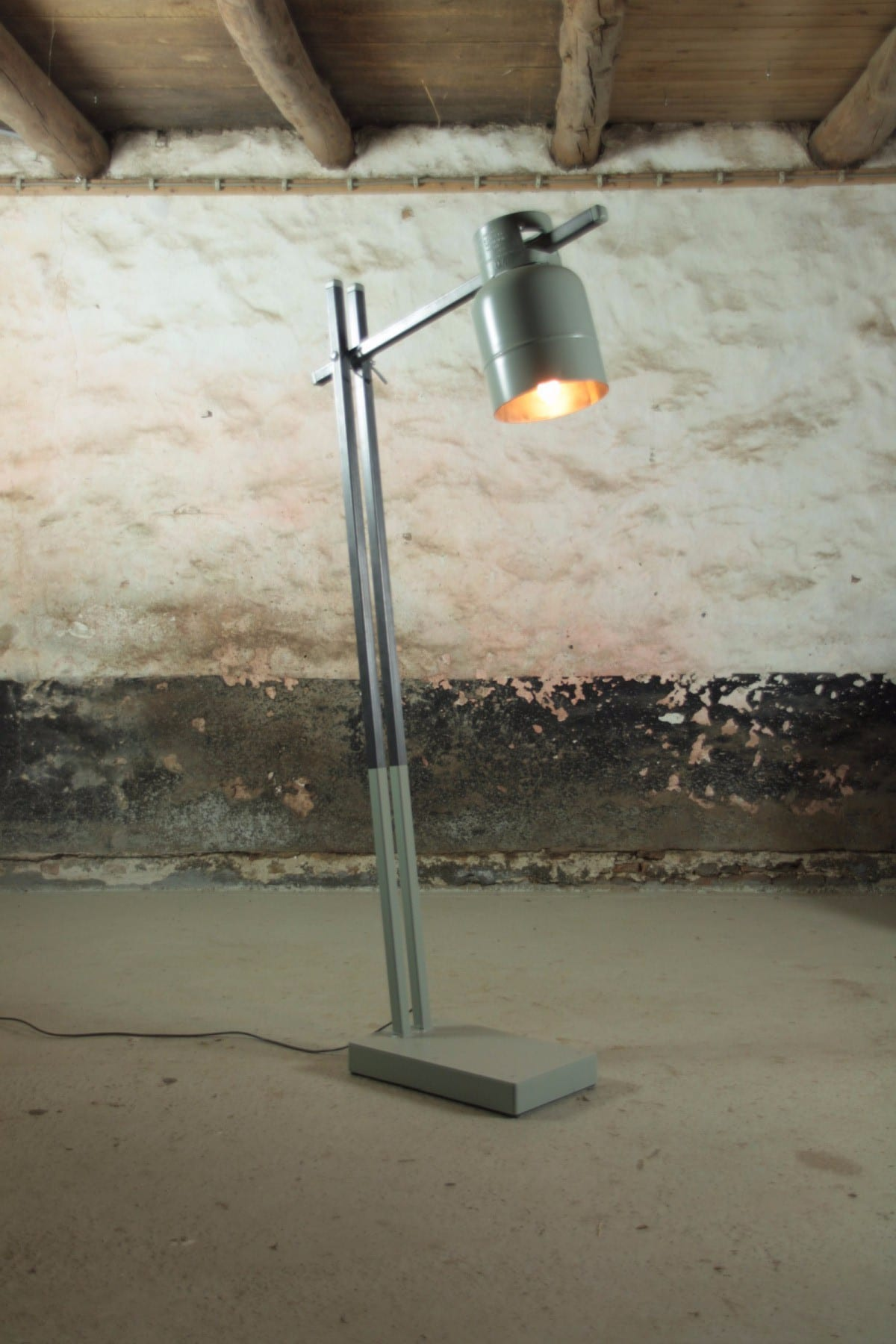 Industriele Kleine Staande Lamp.Bruutaan Lamp Mooimakerij Houtkwadraat