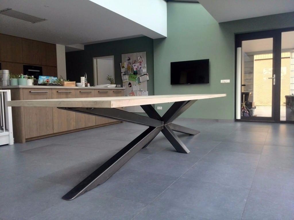 Houten tafel met stalen frame meubelmakerij houtkwadraat - Grote ronde houten tafel ...