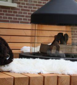 Robuuste tuin loungebank van hout en staal met gave kussens van degelijke kwaliteit. Stoere loungeset tuin van hout. Unieke design loungebank tuin. Tuinbank douglas en staal.