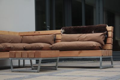Robuuste tuin loungebank van hout en staal met gave kussens van degelijke kwaliteit