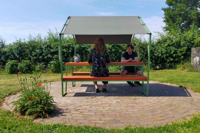 unieke picknicktafel met een marktkraam frame en tentdoek
